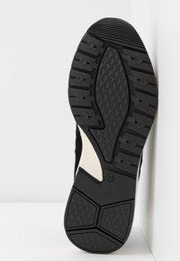 Bianco - SNEAKERS MESH UND WILDLEDER - Sneakersy niskie - black - 6
