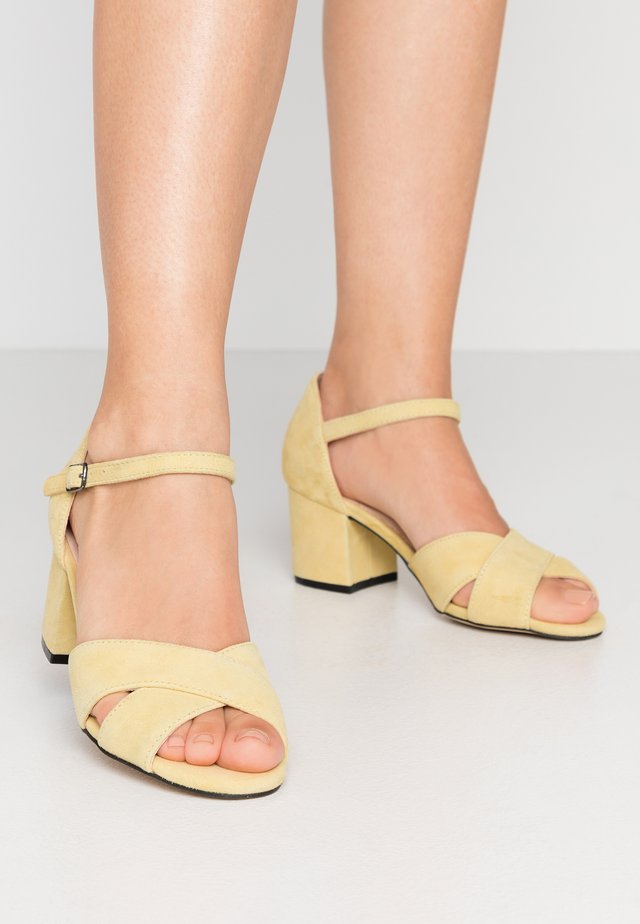 BIACATE CROSS  - Sandali - yellow