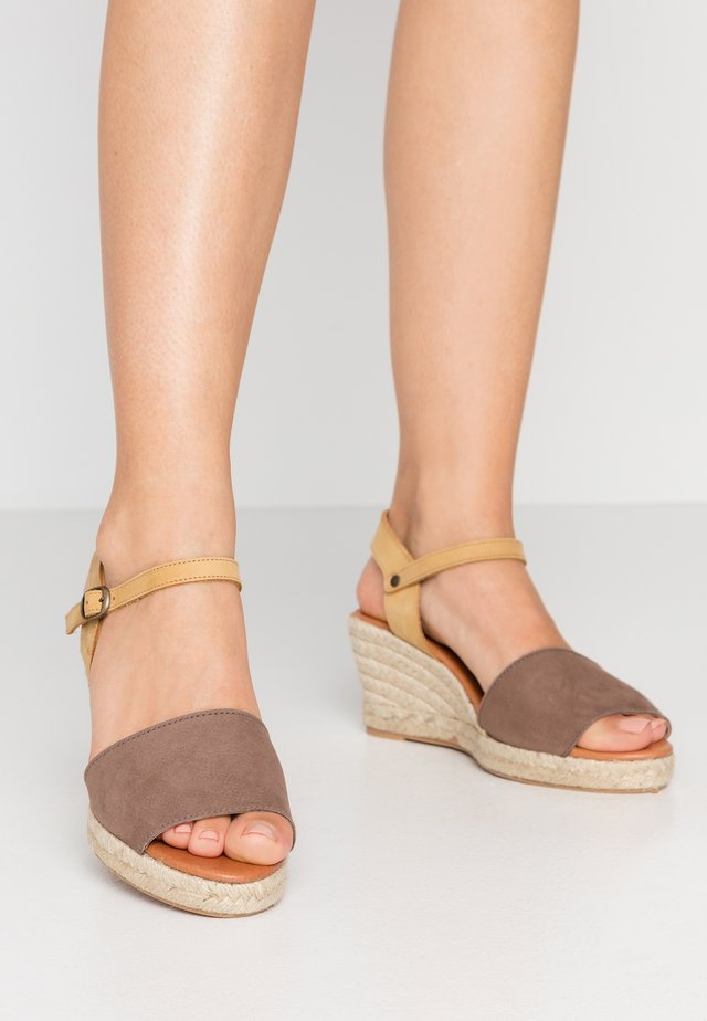 BIADARA TOP UP - Espadryle - light brown