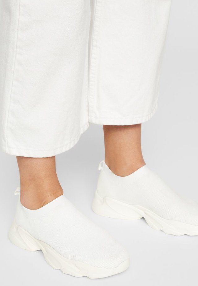 SNEAKERS STRICK - Sneakersy niskie - white 4