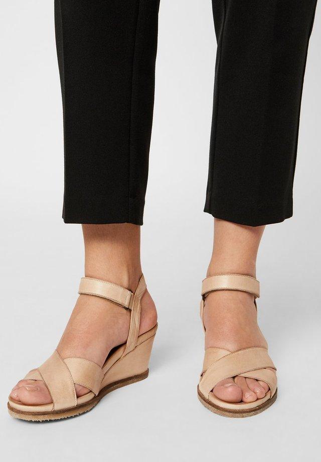 SANDALEN LEDER - Sandały na koturnie - natural