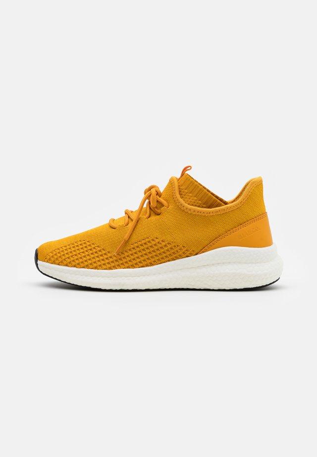 BIADELANA - Sneakers laag - mustard