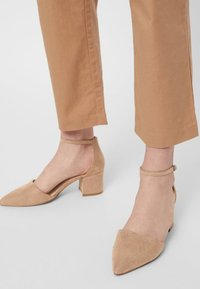 Bianco - BFDIVIVED  - Classic heels - nougat - 0