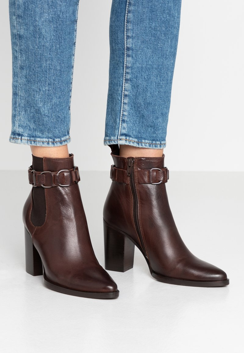 Bianco - BIAJUDIA BELT - High Heel Stiefelette - dark brown