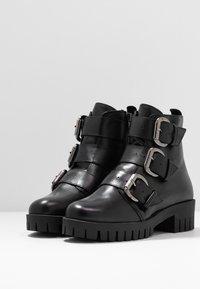 Bianco - BIACECILE TRIPLE BUCKLE BOOT - Cowboy/biker ankle boot - black - 4