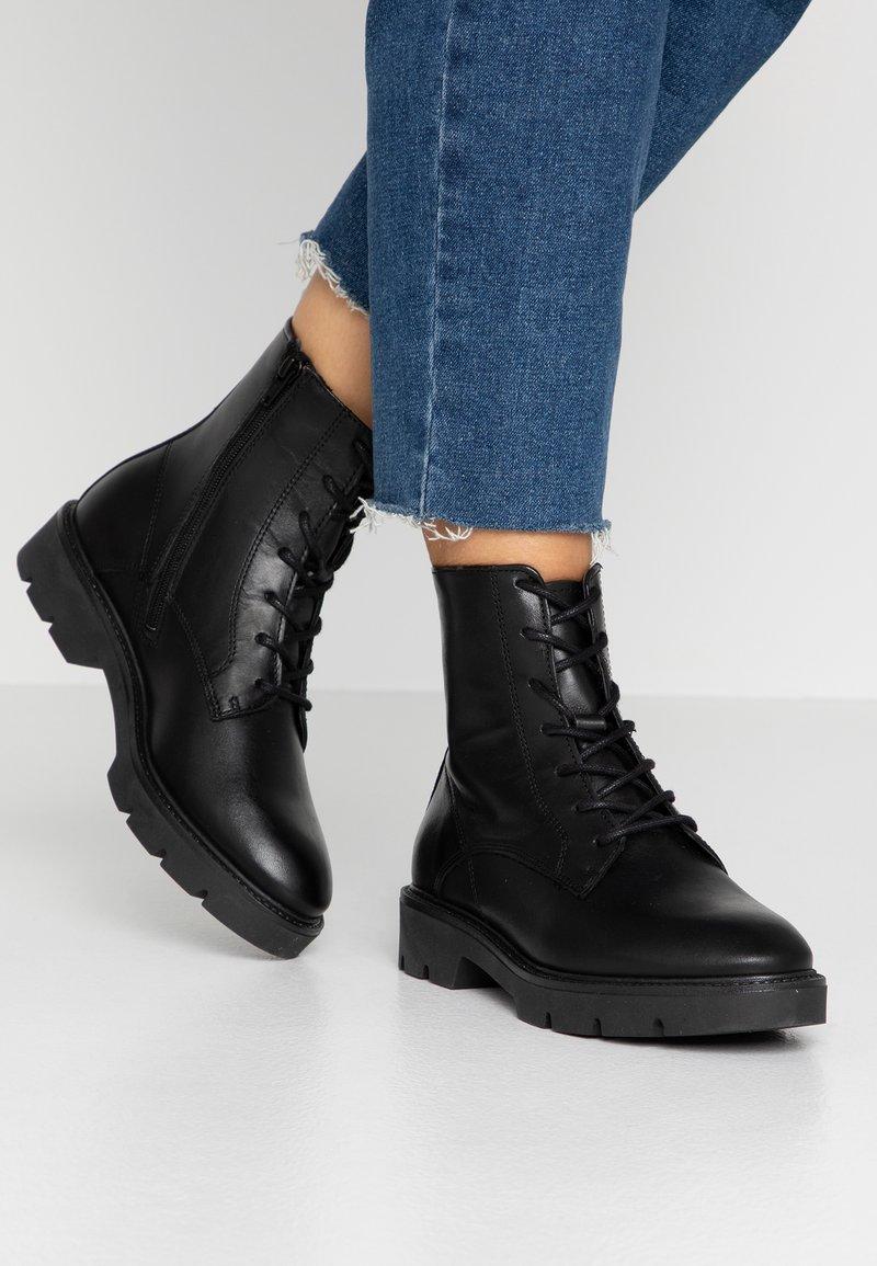 Bianco - BIACALDER CHUNKY LACED UP BOOT - Kotníkové boty na platformě - black