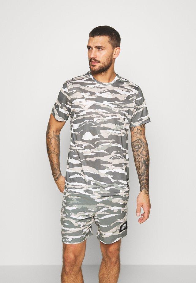 TEE - T-shirt z nadrukiem - olive