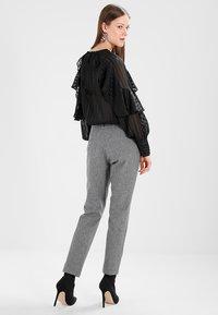 Banana Republic - SLOAN TEXTURE PANT - Trousers - heathered charcoal - 3
