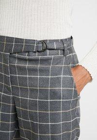 Banana Republic - AVERY TIE WAIST LARGE SCALE GRID - Spodnie materiałowe - dark heather grey - 3