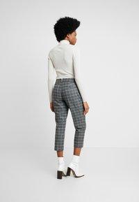 Banana Republic - AVERY TIE WAIST LARGE SCALE GRID - Spodnie materiałowe - dark heather grey - 2