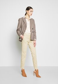 Banana Republic - SLOAN CLEAN SOLIDS - Chino - stinson sand - 1