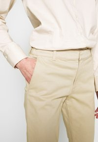 Banana Republic - SLOAN CLEAN SOLIDS - Chino - stinson sand - 4