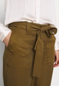 Banana Republic - UTILITY STRAIGHT TIE WAIST PANT SOLIDS - Trousers - cindered olive - 4