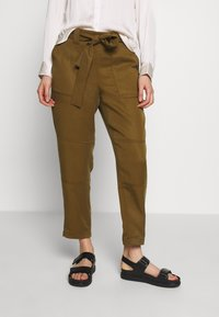 Banana Republic - UTILITY STRAIGHT TIE WAIST PANT SOLIDS - Trousers - cindered olive - 0
