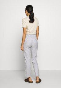 Banana Republic - AVERY STRIPES - Trousers - white/navy - 2