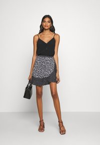 Banana Republic - RUFFLE MINI SKIRT - Falda cruzada - black - 1