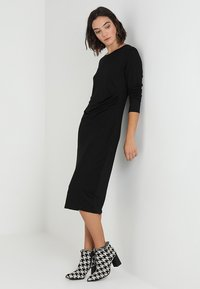 Banana Republic - SIDE TWIST COZY SHEATH DRESS - Sukienka z dżerseju - black - 1