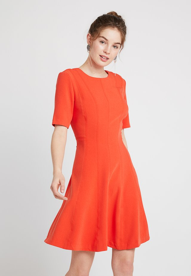 LINEAR SEAMED DRESS - Jerseykjoler - geo red