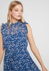 Banana Republic - RUFFLE NECK FLORAL DITSY OUTLINES DRESS - Korte jurk - blue/white - 3