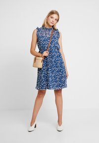 Banana Republic - RUFFLE NECK FLORAL DITSY OUTLINES DRESS - Korte jurk - blue/white - 1