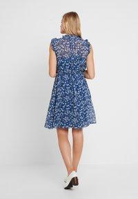 Banana Republic - RUFFLE NECK FLORAL DITSY OUTLINES DRESS - Korte jurk - blue/white - 2