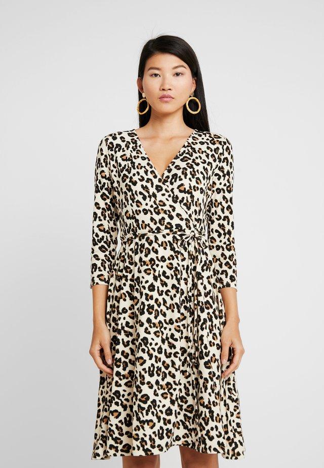 WRAP DRESS PRINT - Vestito di maglina - brown