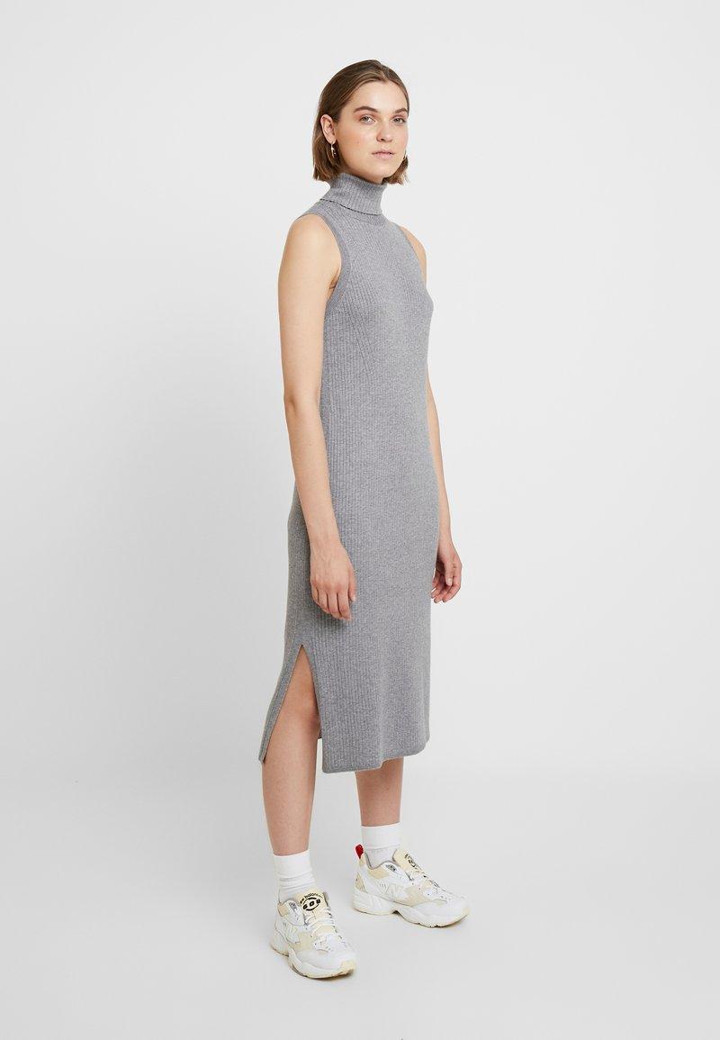 Banana Republic - TNECK COLUMN  DRESS - Strickkleid - medium heather grey