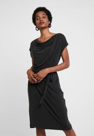 COWL NECK TIE WAIST DRESS - Sukienka z dżerseju - washed black
