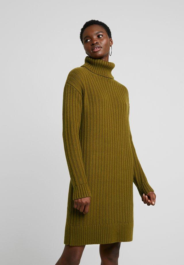 CABLE SWEATER SHIFT - Vestido de punto - cindered olive