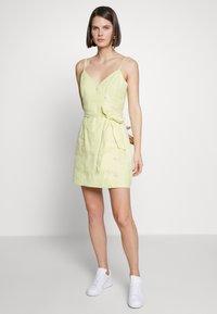 Banana Republic - STRAPPY VNECK FRONT SHEATH SOLID - Vestito estivo - avant green neon - 0