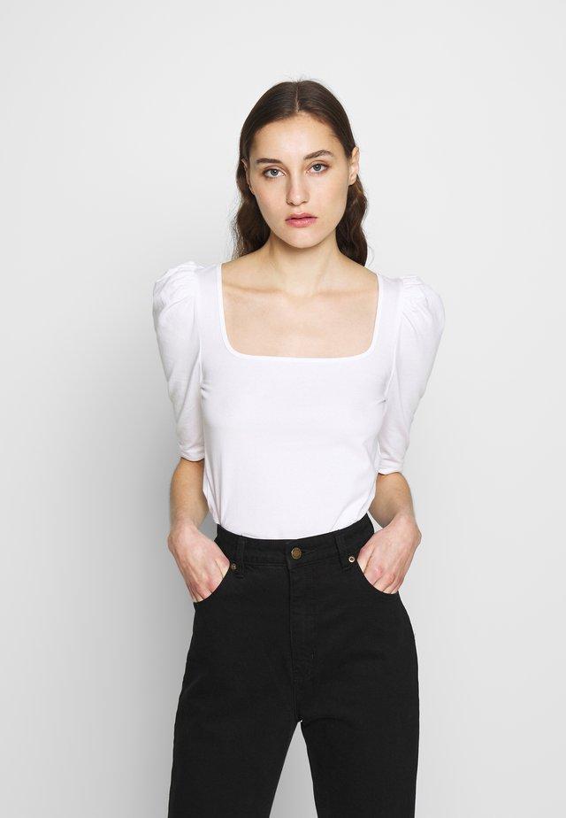 SQUARE NECK PUFF SHOULDER - Camiseta estampada - white