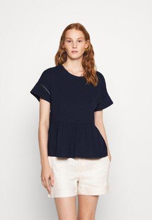 PEPLUM TEE - T-shirt con stampa - preppy navy