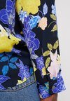Banana Republic - HIGH LOW PIPED VEE FLORAL GRAPHIC - Bluse - preppy navy