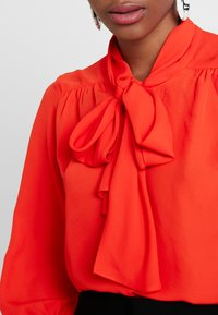 Banana Republic - 3/4 SLEEVE TIE NECK BLOUSE - Blouse - hot red - 5