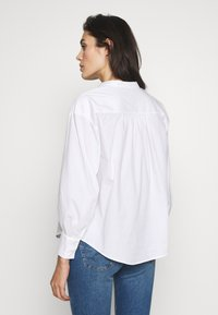 Banana Republic - SHIRRED VOLUME SLEEVE BUTTON UP - Button-down blouse - white - 2
