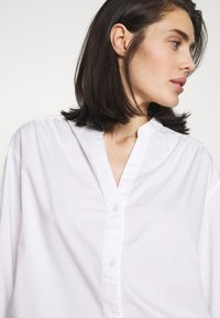 Banana Republic - SHIRRED VOLUME SLEEVE BUTTON UP - Button-down blouse - white - 3