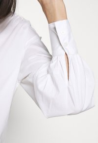 Banana Republic - SHIRRED VOLUME SLEEVE BUTTON UP - Button-down blouse - white - 5