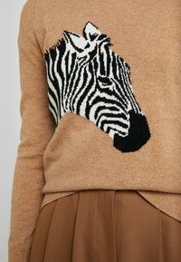 Banana Republic - NEW WAY CREW ZEBRA INTARSIA - Stickad tröja - camel - 5