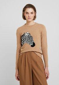 Banana Republic - NEW WAY CREW ZEBRA INTARSIA - Stickad tröja - camel - 0