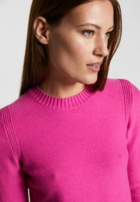 Banana Republic - CUSHION CREW SOLIDS - Sweter - pop pink - 4