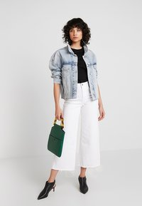 Banana Republic - MIDRISE CROP WIDE RELEASE - Flared jeans - white - 2