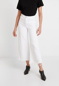 Banana Republic - MIDRISE CROP WIDE RELEASE - Flared jeans - white - 0