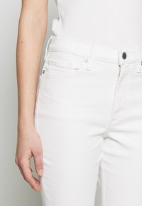 Banana Republic - FULL FLARE  - Jeans bootcut - white - 3