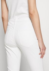 Banana Republic - FULL FLARE  - Jeans bootcut - white - 5
