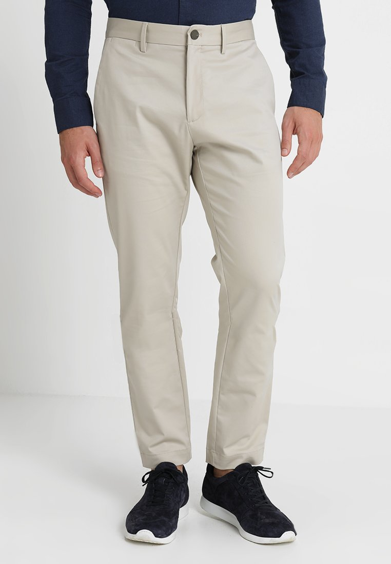 Banana Republic - AIDEN TECH PANT - Stoffhose - carved stone