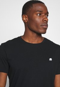 Banana Republic - LOGO SOFTWASH TEE - T-shirt basic - black - 3