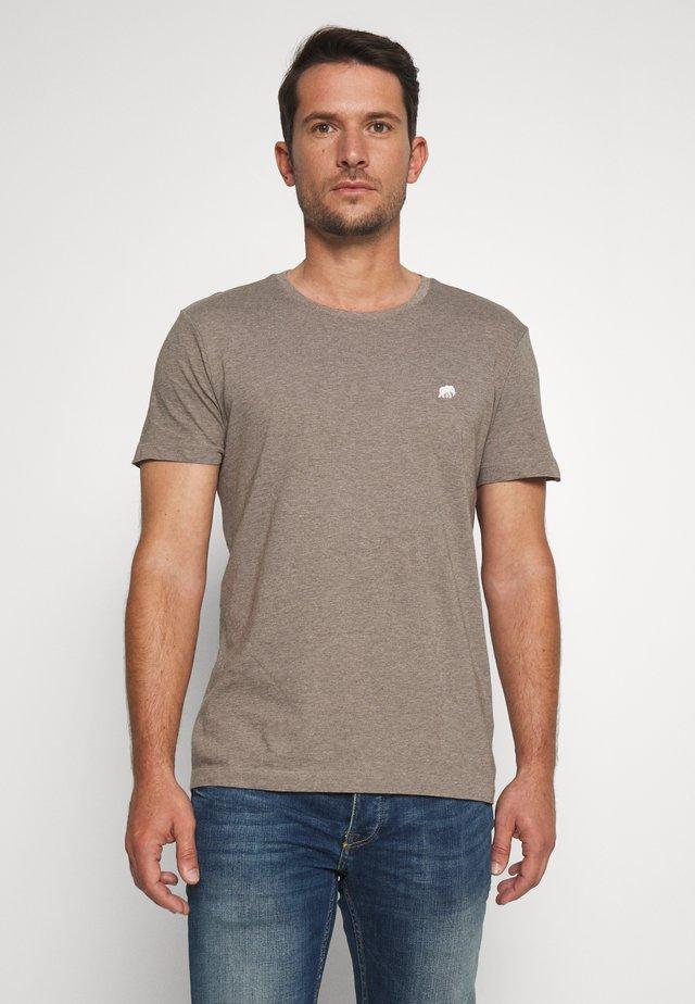 LOGO TEE  - Camiseta básica - sandstorm