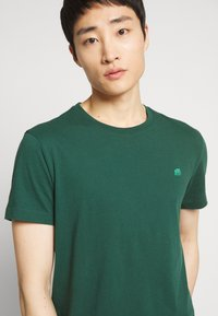 Banana Republic - LOGO TEE  - T-shirt basic - green thumb