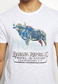 Banana Republic - BULL NEON GRAPHIC TEE - Print T-shirt - optic white - 5