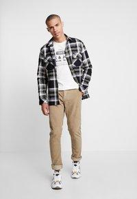 Blend - PANTS - Pantalon classique - safari brown - 1